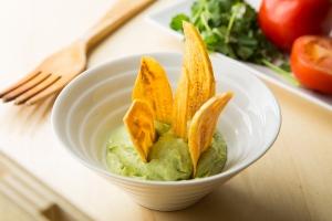 Xips de plàtan amb guacamole